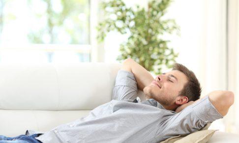 リラックスする男性